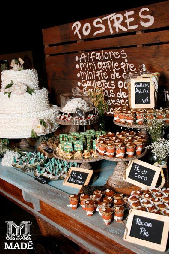 Mesa dulce con letreros